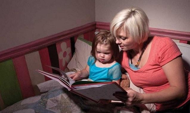 мама читает книгу ребенку на ночь