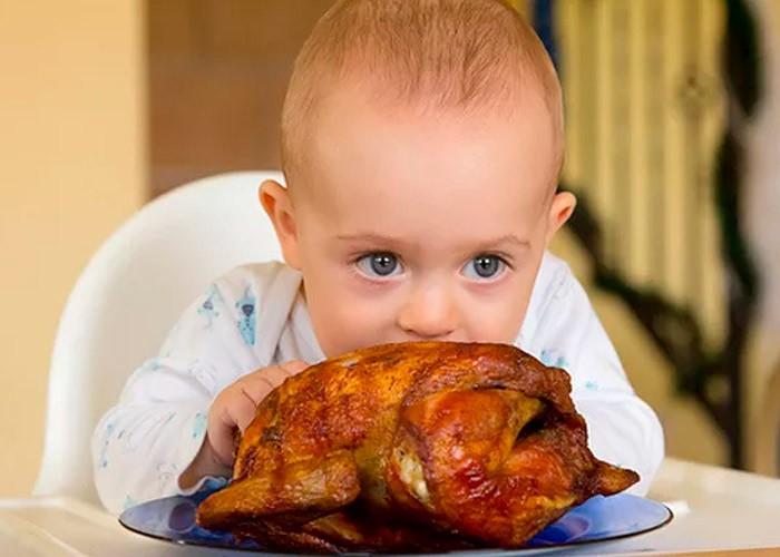 ребенок и курица