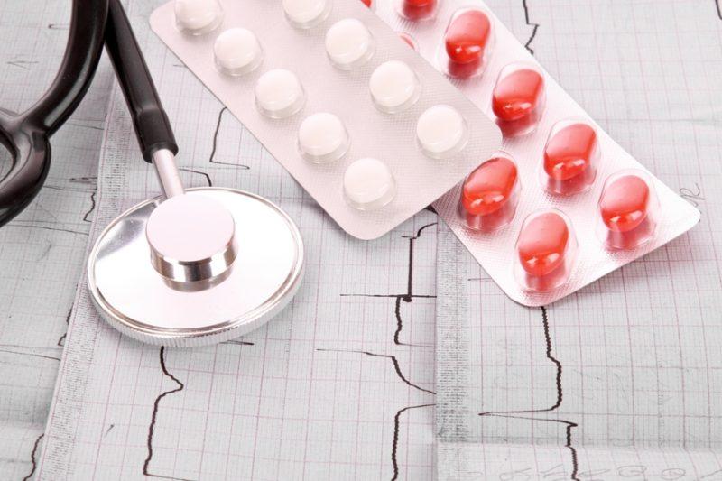 Только врач может подобрать индивидуальную терапию которая заключается в приеме антиаритмических препаратов