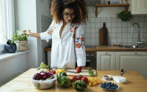 Женщина хочет блюдо из овощей
