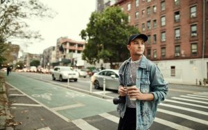 Молодой мужчина на улице