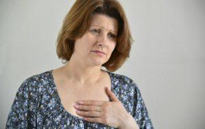 Боль в грудине и под грудиной: причины, симптомы, последствия, какие заболевания, чем вызвана, нужно ли к врачу, сердечный приступ?