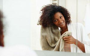 Женщина вытирает голову после мытья