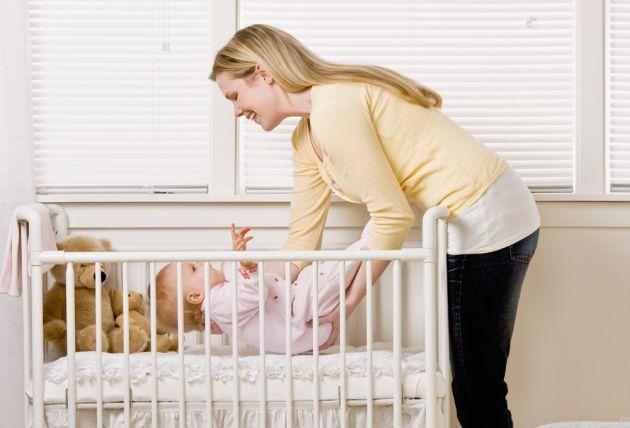 приучить ребенка к кроватке
