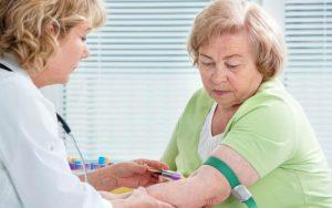 Медсестра забирает кровь на анализ