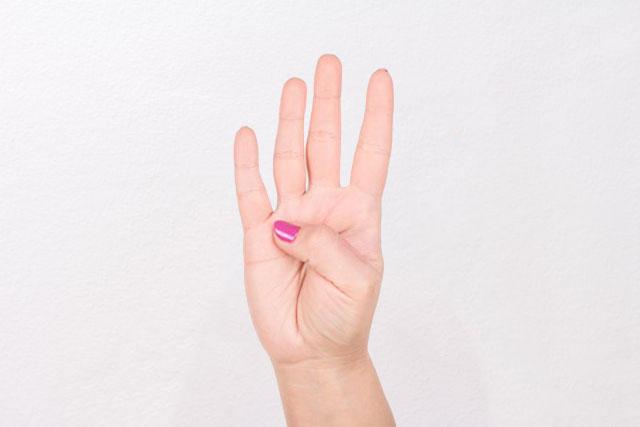 дотягивание большим пальцем до основания мизинца