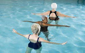 Занятие водными упражнениями в бассейне