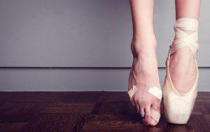 Отслаивается и отпадает ноготь на пальце ноги: что делать, причины, удаление, риски, последствия, боль