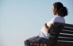 Беременная женщина на скамейке