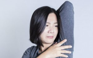 Боль под мышками у мужчин и женщин: причины, лечение, почему возникает, характер, какие болезни, что делать, нужно ли к врачу