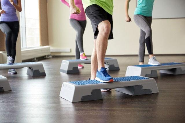 упражнение со степ-платформой