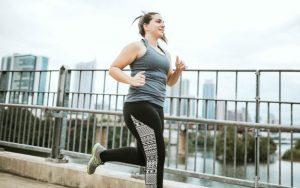 Женщина совершает пробежку