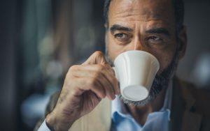 Мужчина пьёт кофе