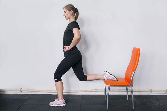 полуприседы с ногой на стуле