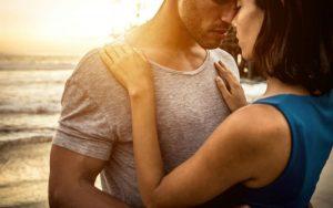 Мужчина обнимает молодую женщину