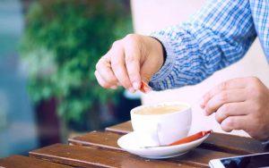 Мужчина пьёт кофе с ксилитом