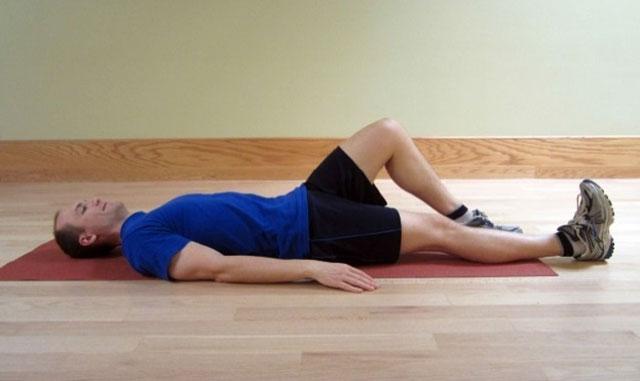 упражнение с подъемом прямой ноги лежа, часть 1