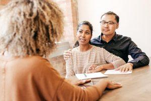 Мужчина и женщина консультируются с врачом по поводу предохранения от беременности