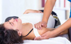 Смещение плечевого сустава у женщины