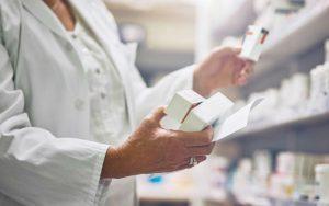 Фармацевт держит в руке антибиотики