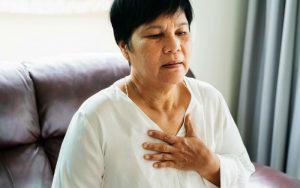 У женщины стеснение в грудной клетке