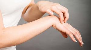 Почему чешется и шелушится кожа между пальцами рук
