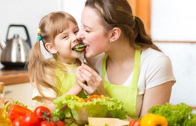 мама с дочкой едят вместе