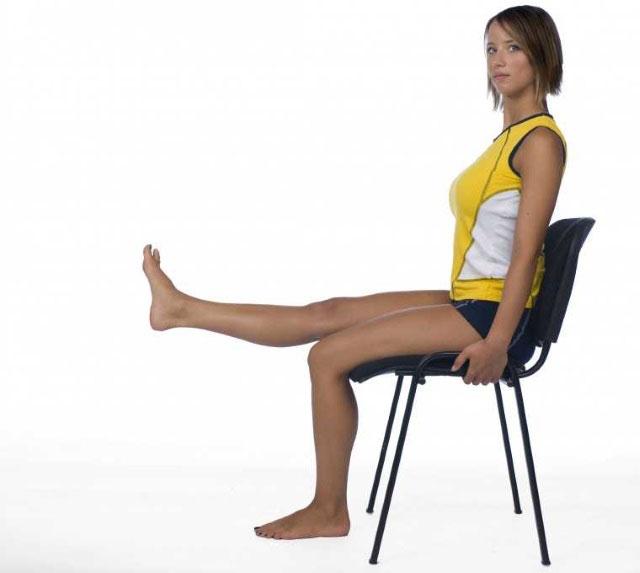 выпрямление ног из положения сидя на стуле