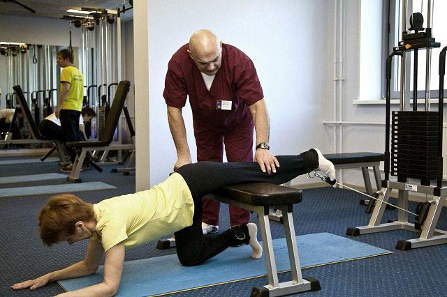 выполнение упражнений на тренажерах Бубновского