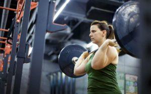 Женщина тренируется в спортивном зале