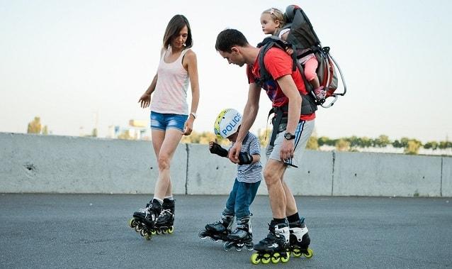 родители учат ребенка кататься на роликах