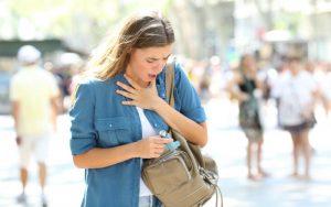 Приступ астмы у женщины