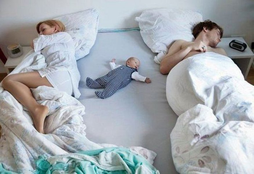 ребенок в кровати родителей