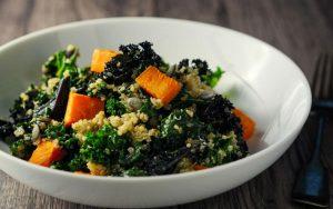 Салат из сладкого картофеля и тёмно-зелёных листовых овощей