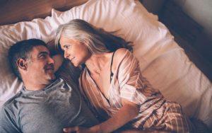 Зрелая пара в кровати