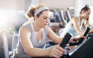 Женщина занимается в спортивном зале