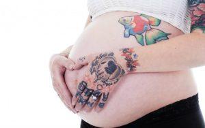 Тату при беременности: насколько безопасно, риски, последствия для матери и ребёнка, меры предосторожности