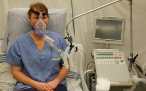 Женщина лечится искусственной вентиляцией лёгких